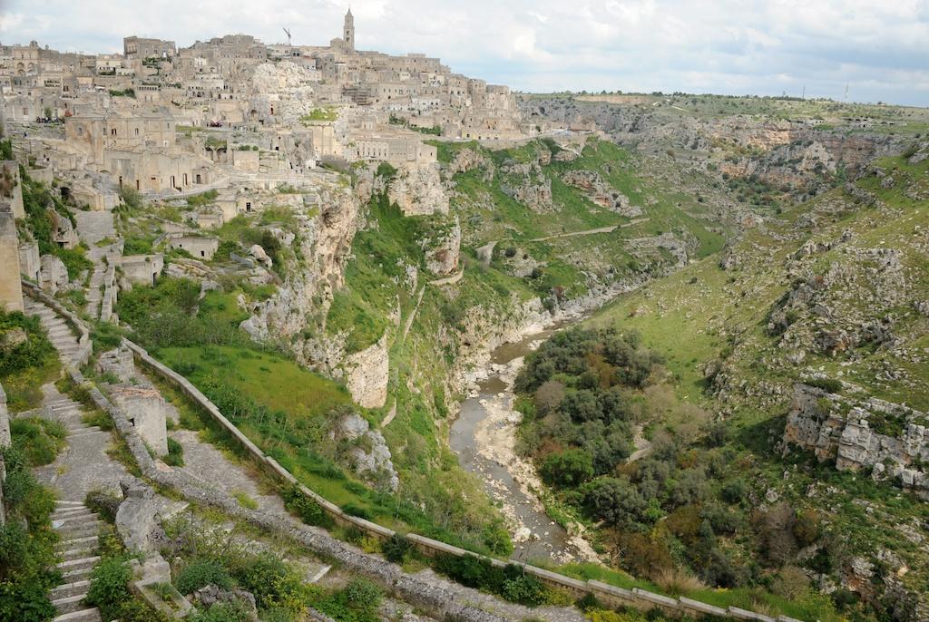 Blich auf die Höhlensiedlung und die Felsenkirchen von Matera.