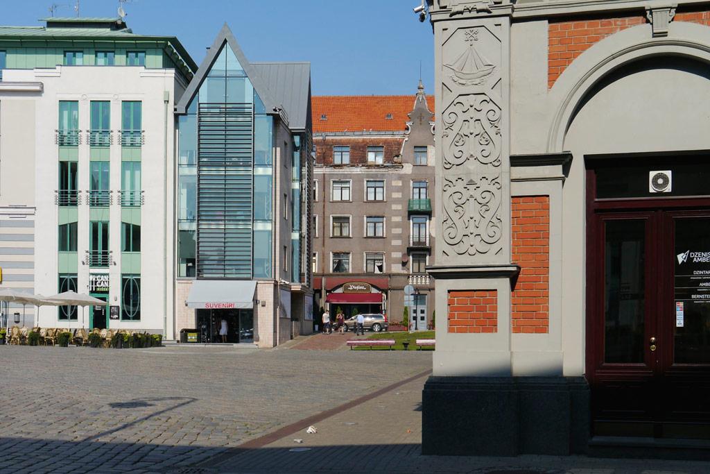 Markt von Riga mit Schwarzkopfhaus und Neubauten