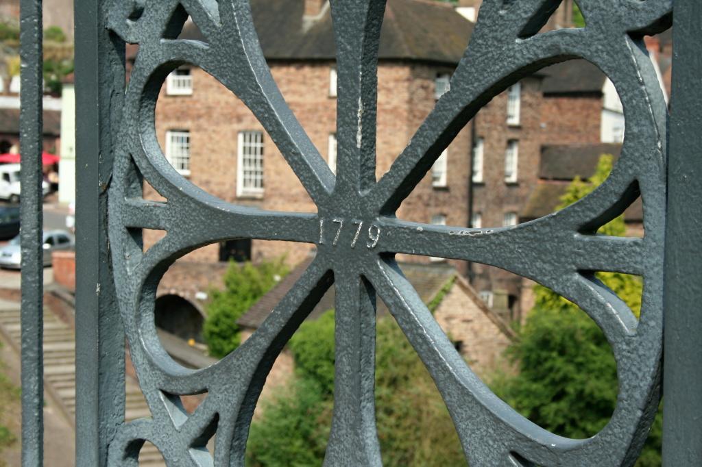 Ironbridge Gorge, Inschrift mit dem Baujahr der Eisenbrücke