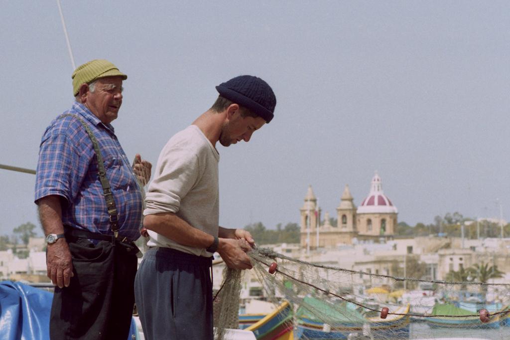 Malta, Marsaxlokk, Fischer im Hafen (A. Gaasterland)