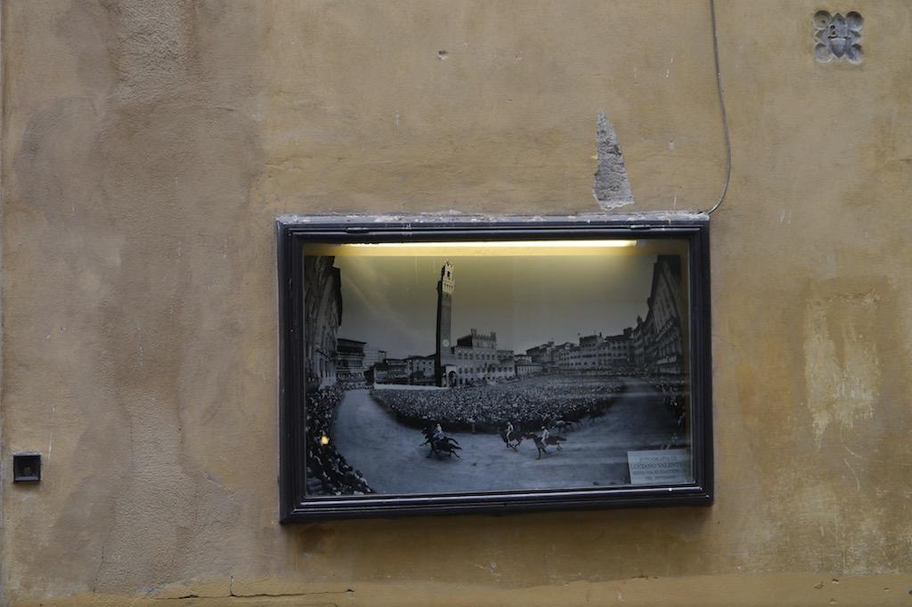 Schaukasten mit einem Foto des Palio von Siena