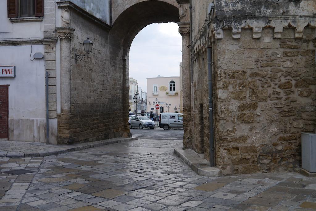 Blick durch das Stadttor von Messagne