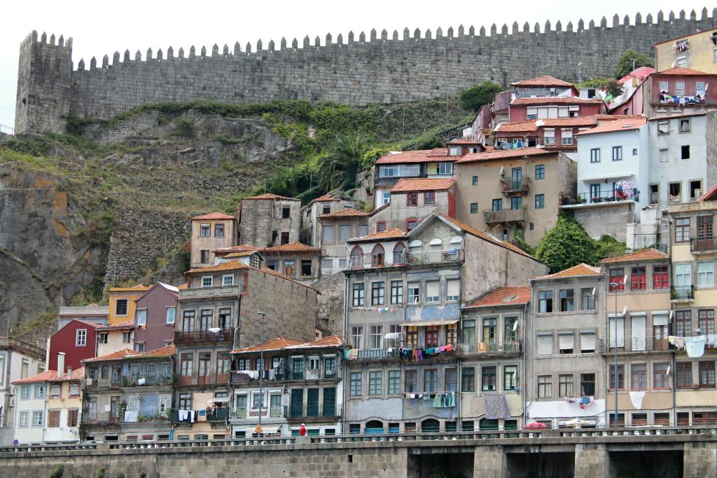 Porto, am Fluss unterhalb der Stadtmauer