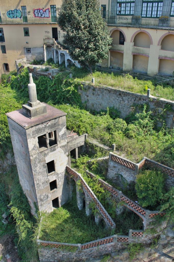 Porto, leerstehender Turm mit verwilderter Gartenanlage