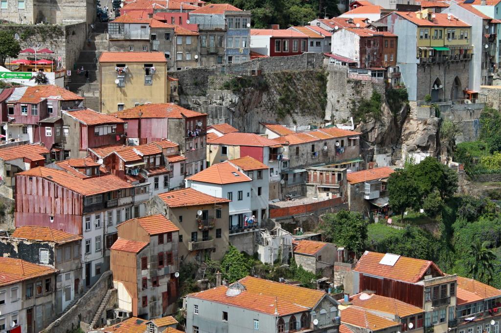 Porto, Häuser auf Felsfundamenten