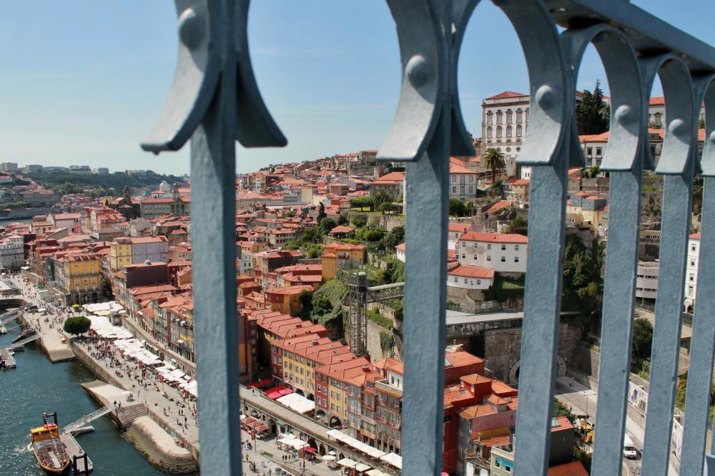 Porto, Blick durchs Brückengeländer