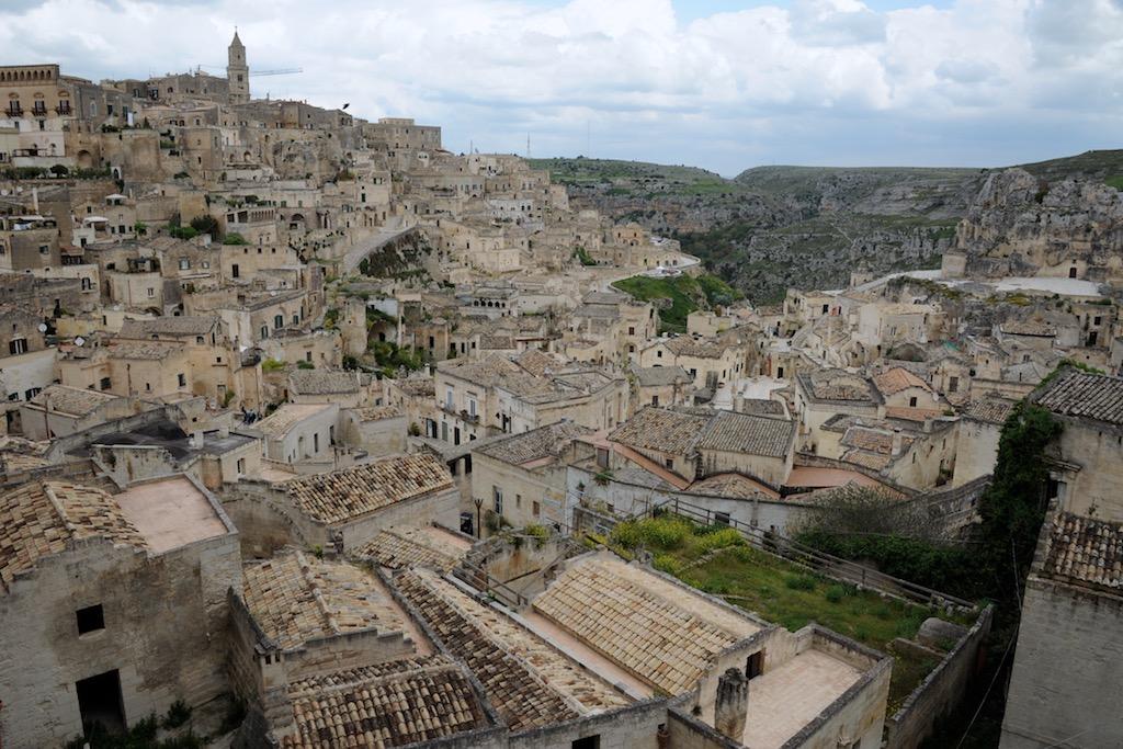 Blick über die Ziegeldächer der Höhlenwohnungen von Matera.