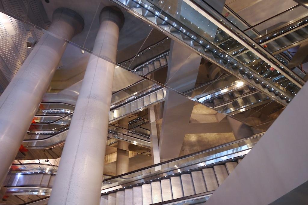 Rolltreppe, die zu den Bahnsteigen der Metro von Neapel führt.