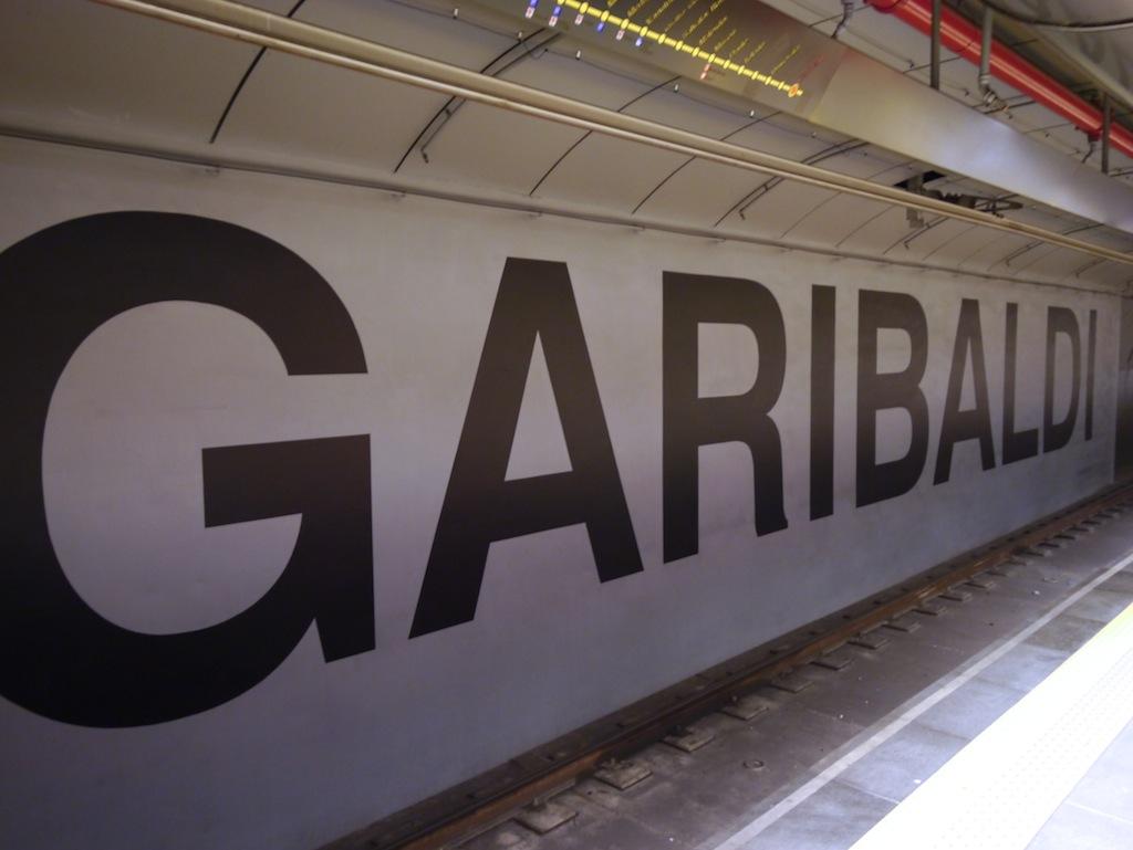 Schriftzug an der Wand der U-Bahn Haltestelle Garibaldi.