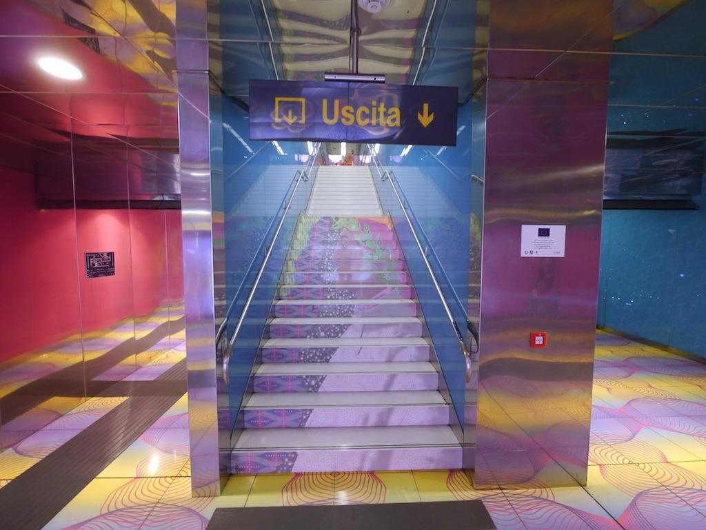 Dante Porträt in der U-Bahn Haltestelle Universita von Karim Rashid.