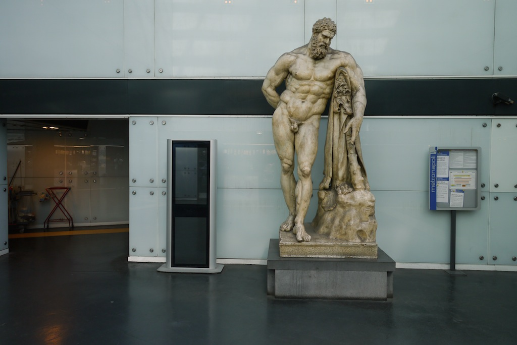 Herkules Farnese in der Metro Station Museo in Neapel.
