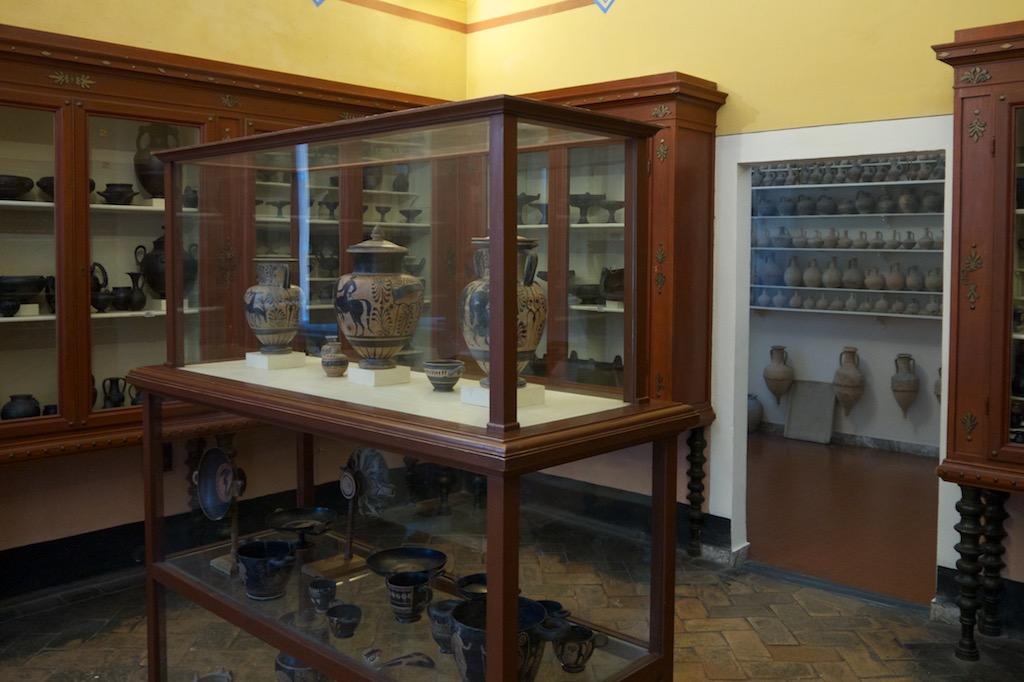 Ausstellungsraum im Etrusker Museum von Volterra.