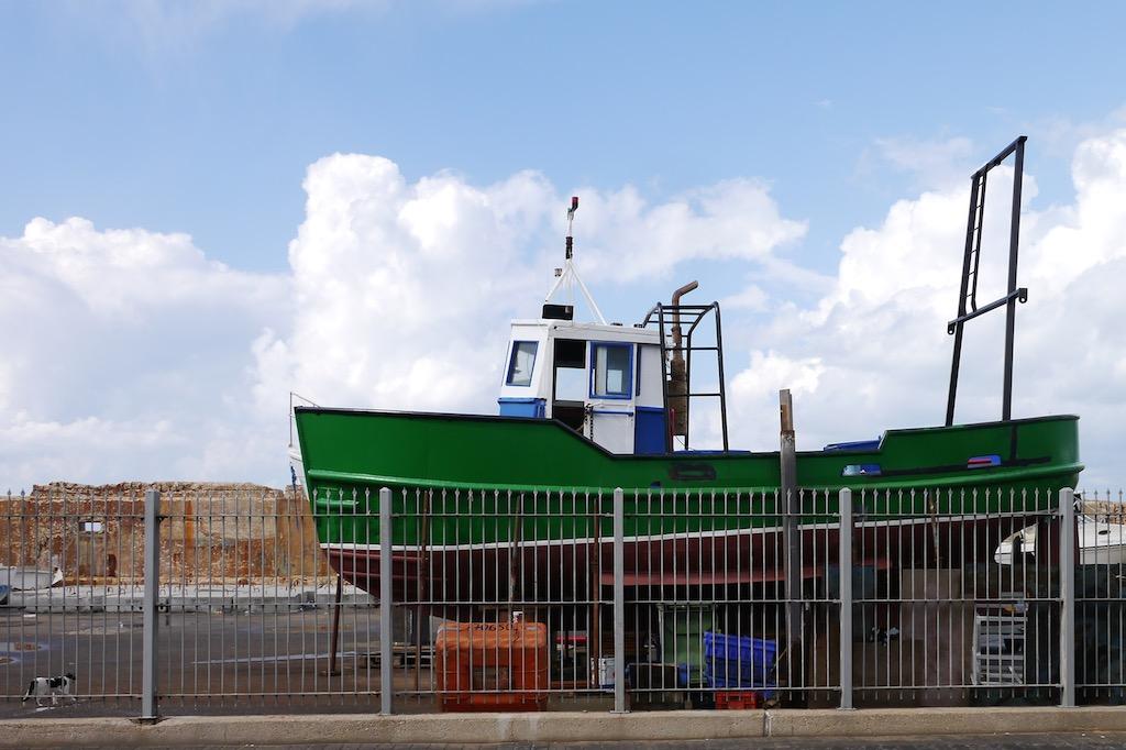 Ein Fischerboot im Hafen von Jaffa.