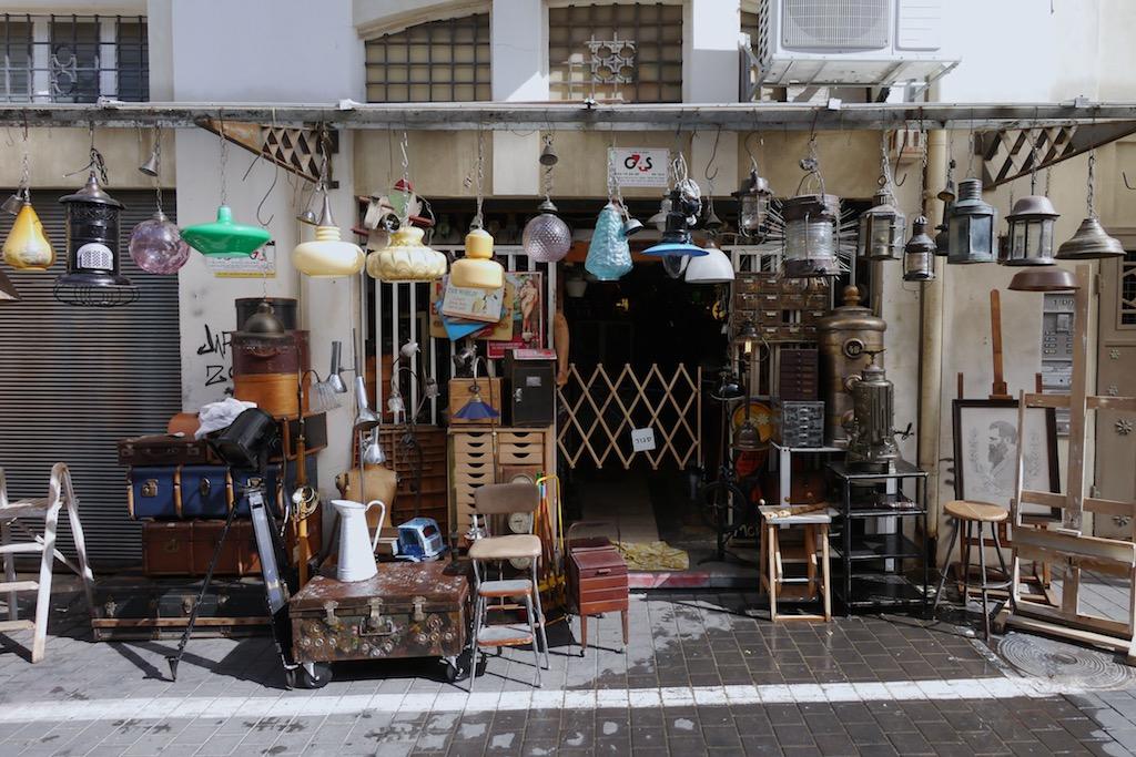 Lampen und Stühle, die auf dem Fleemarket angeboten werden.