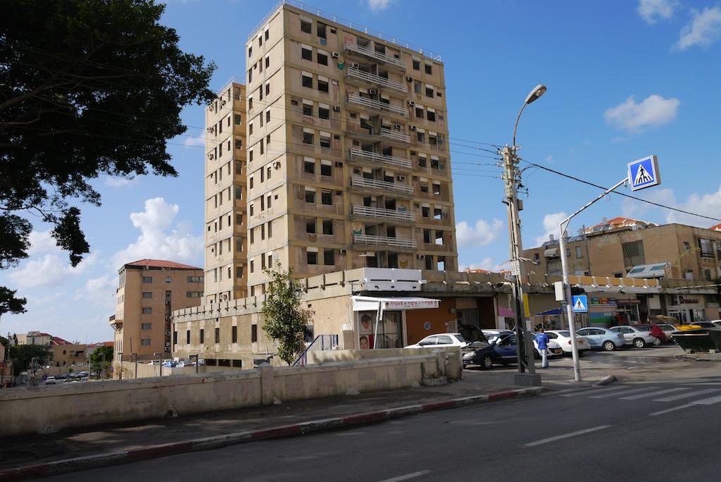 Ein Hochhaus auf dem Weg nach Ajami