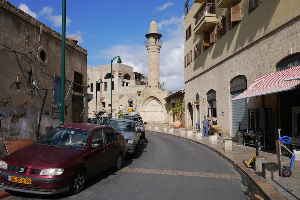 Eine Straße in Old Town Jaffa. Im Hintergrund eine Moschee.