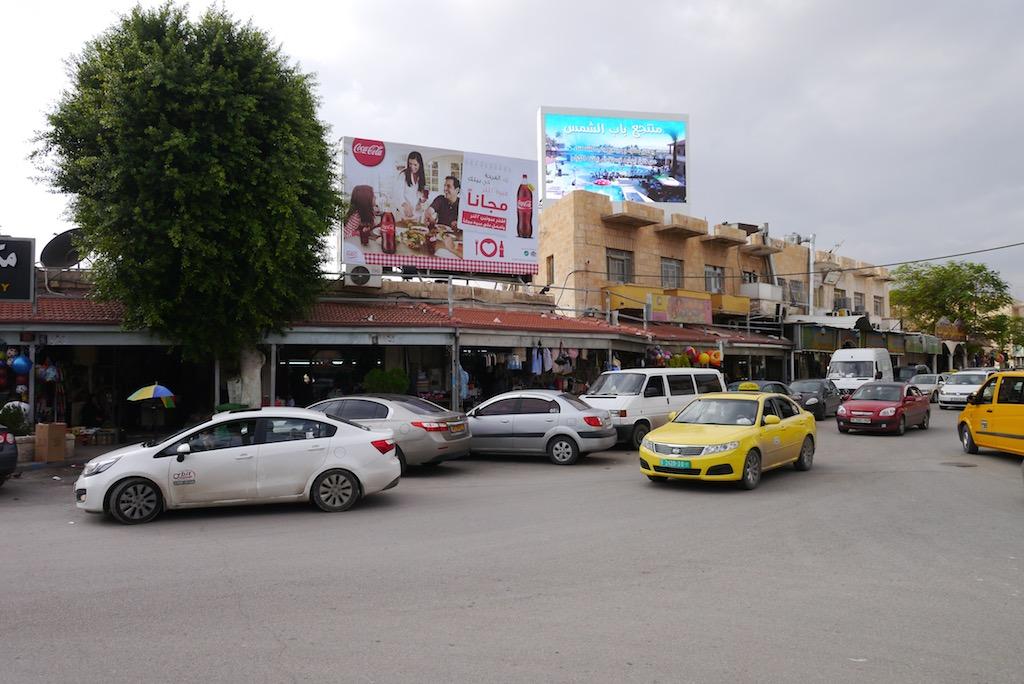 Der Public Square in Jericho mit Leuchtreklame.
