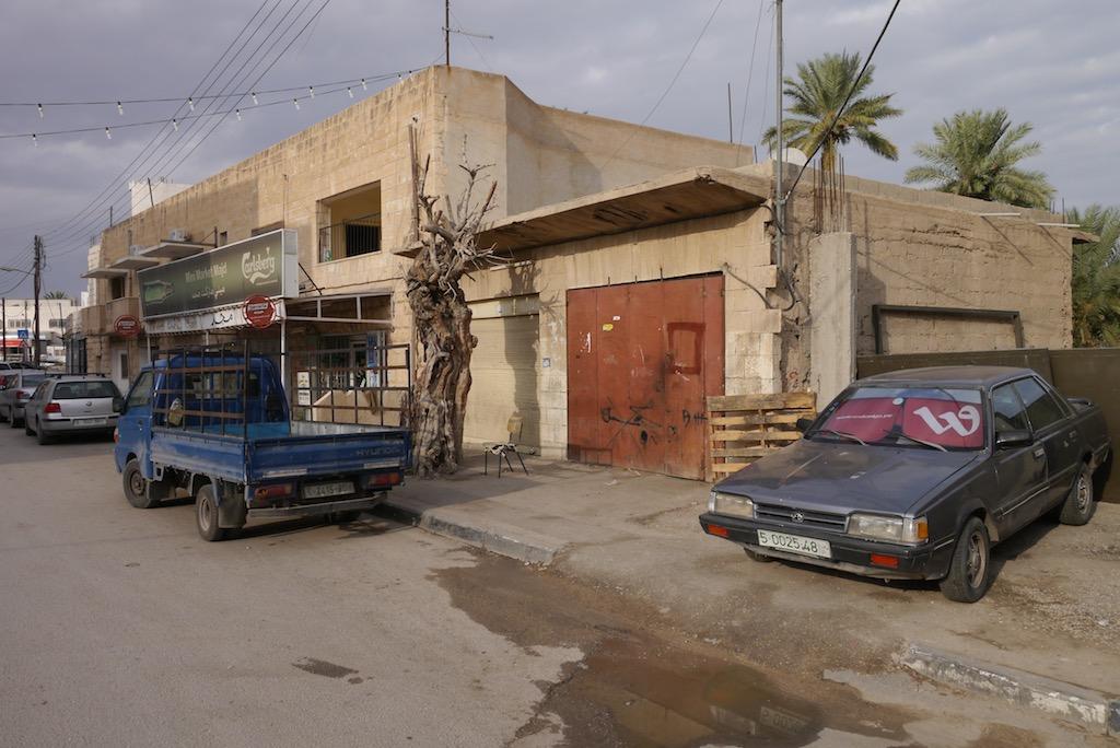 Straße in Jericho mit geparkten Autos.