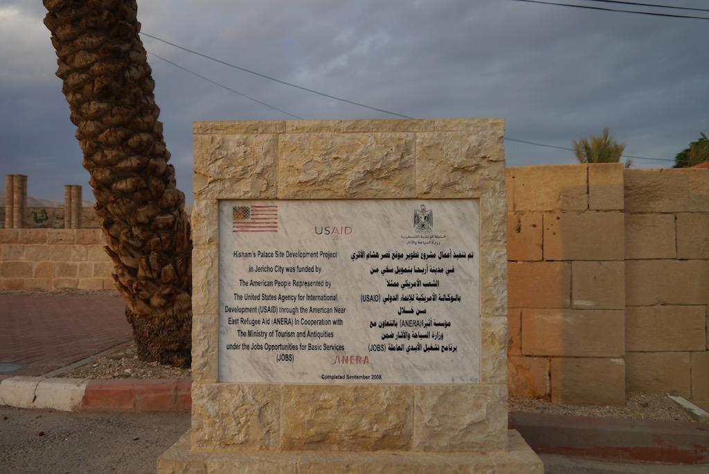 Tafel, die in Hischams Palast an die amerikanischen Entwicklungshilfe erinnert.