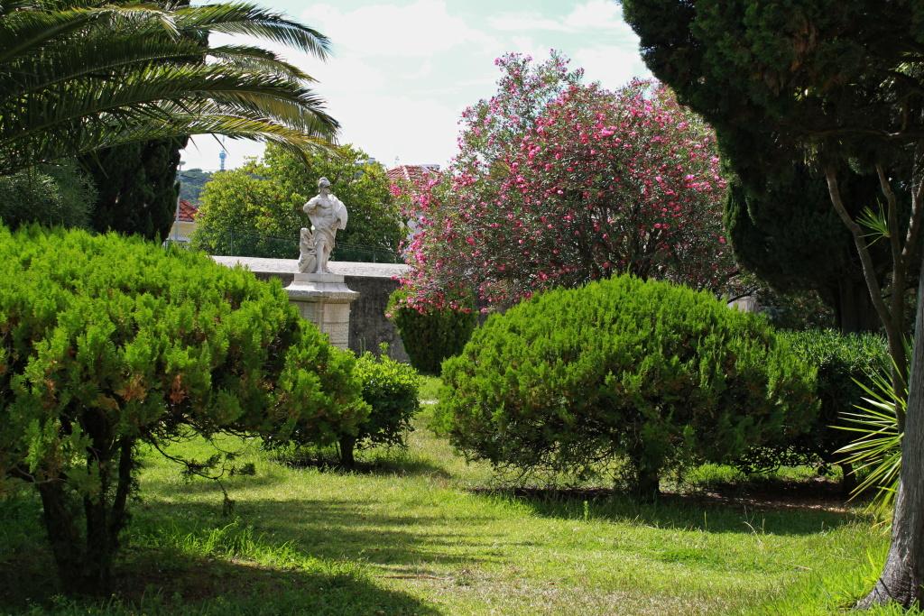 Park am Eingang des Aquädukts, das das Wasser von Lissabon führt.