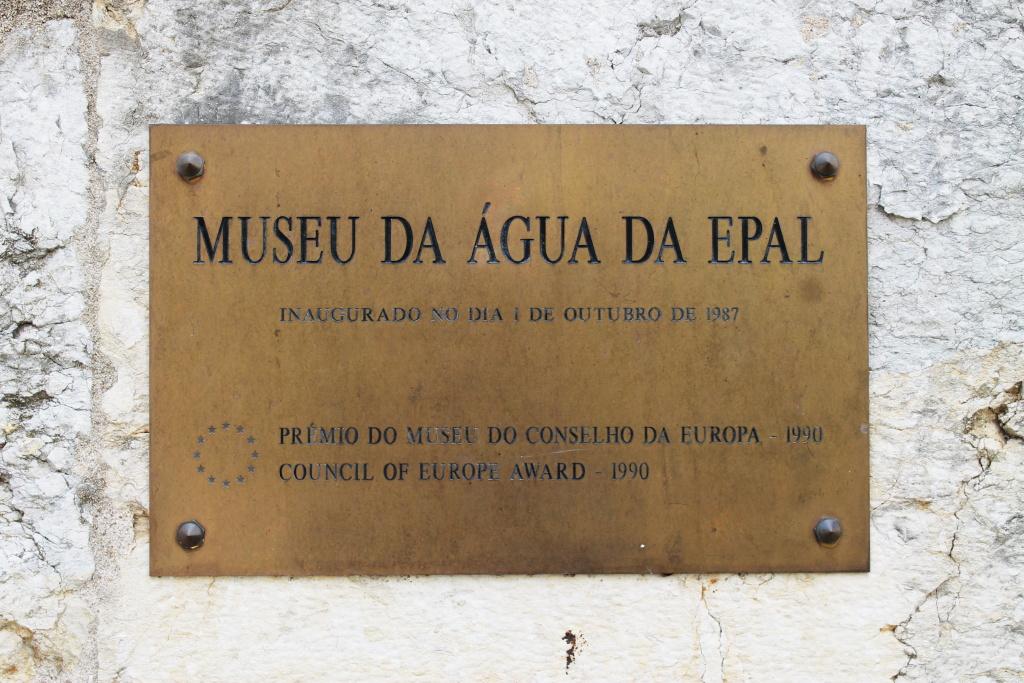 Tafel am Wassermuseum von Lissabon.