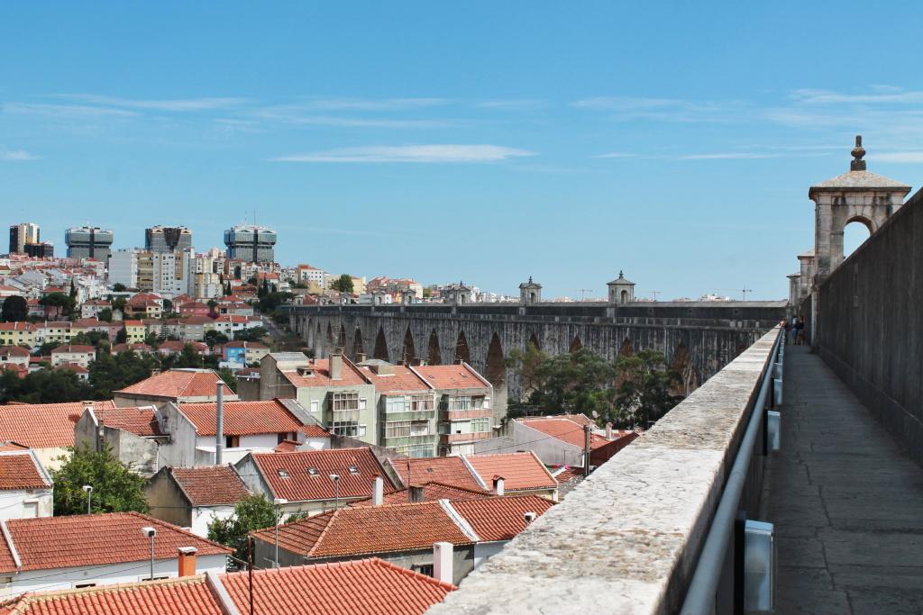 Spaziergang auf der Wasserleitung von Lissabon.