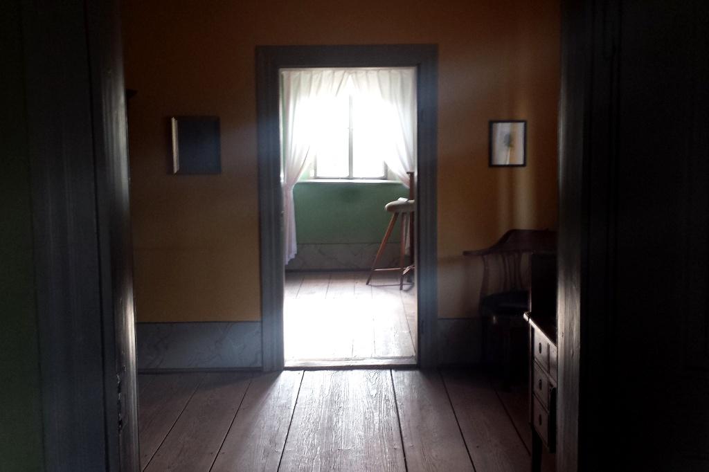 """Die Raumflucht im Gartenhaus in Richtung Arbeitszimmer. Im Hintergrund der """"Esel"""" am Schreibpult. Schon Goethe wusste, zu viel Arbeit im Sitzen ist nicht gesund. - und setzte (sich) auf den bequemen Stehhocker."""