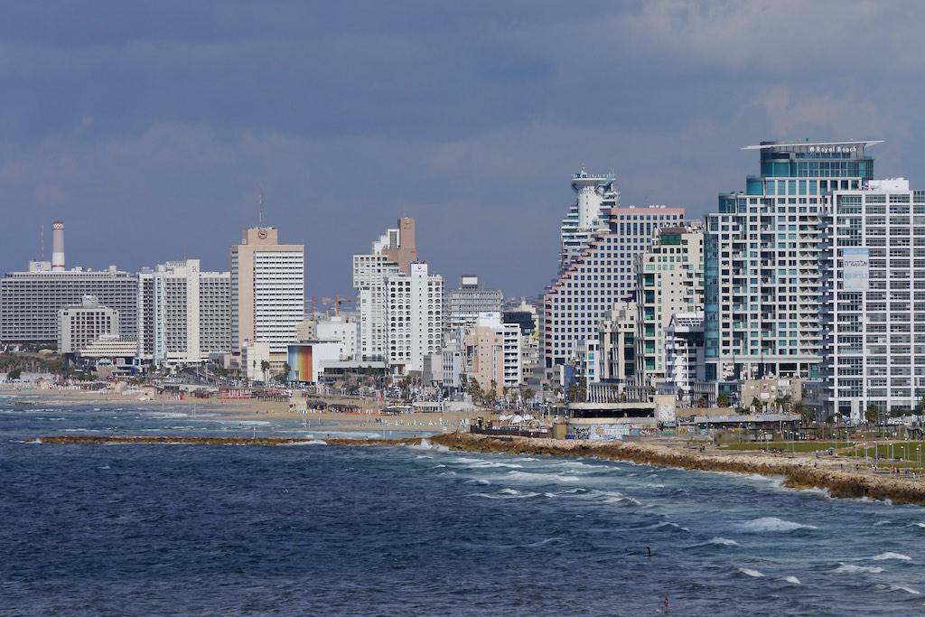 Blick auf den Strand von Tel Aviv im Hintergrund Hochhäuser