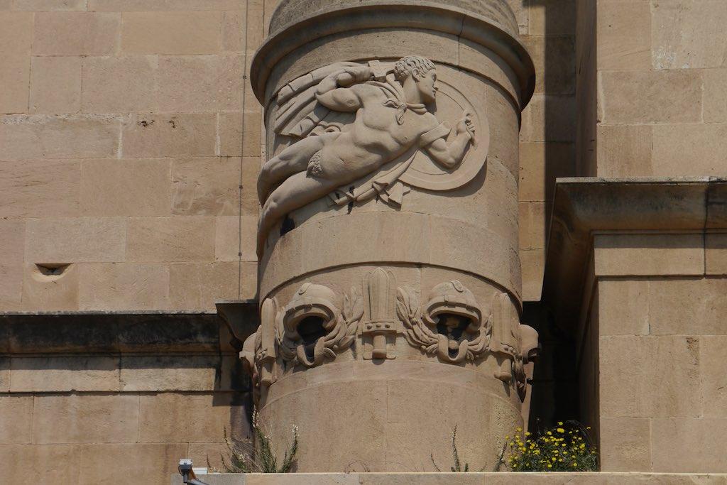 Detail vom Palazzo del Governo in Tarent, Apulien. Relief eines nackten Kriegers.
