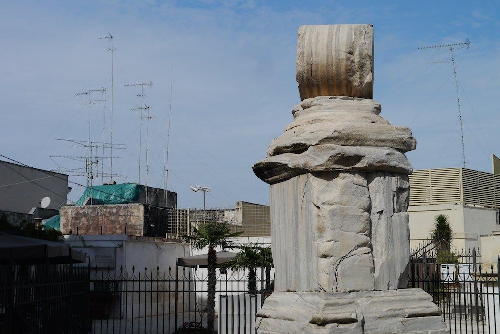 Die zweite Säule am Ende der Via Appia in Brindisi wurde bei einem Erdbeben zeurstört. Es blieb ein Stumpf