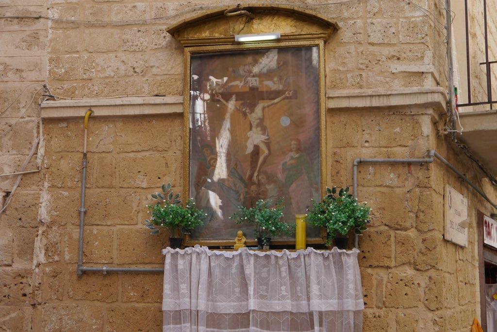 Altar an einer Straßenecke in der Altstadt von Bari
