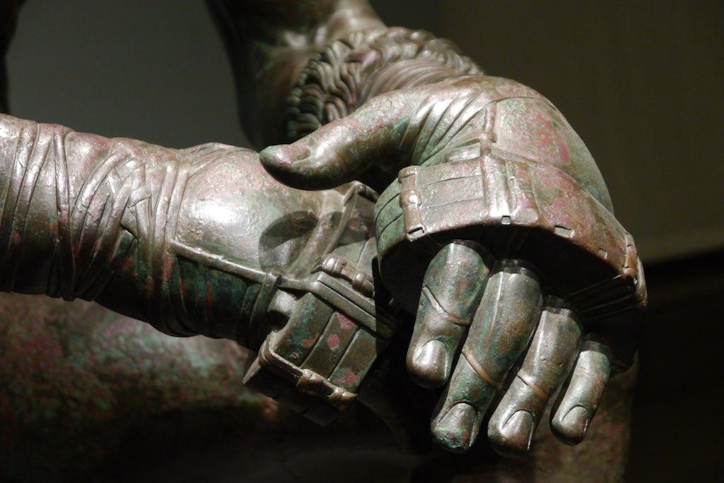 Hand Detail der Boxer Statue aus dem Museo Nazionale mit Boxhandschuhen