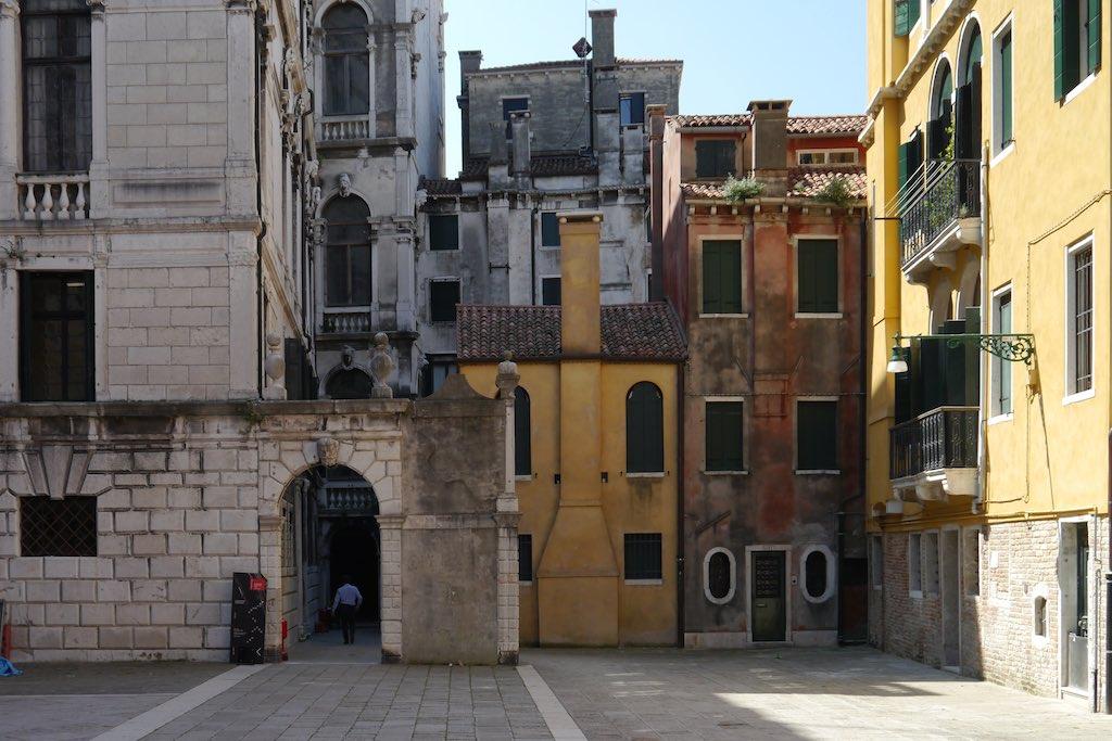 Kleine Häuser. Große Häuser. Ein bisschen wie in New York. Der Campo Santo Stefano, links der Palazzo Pisani