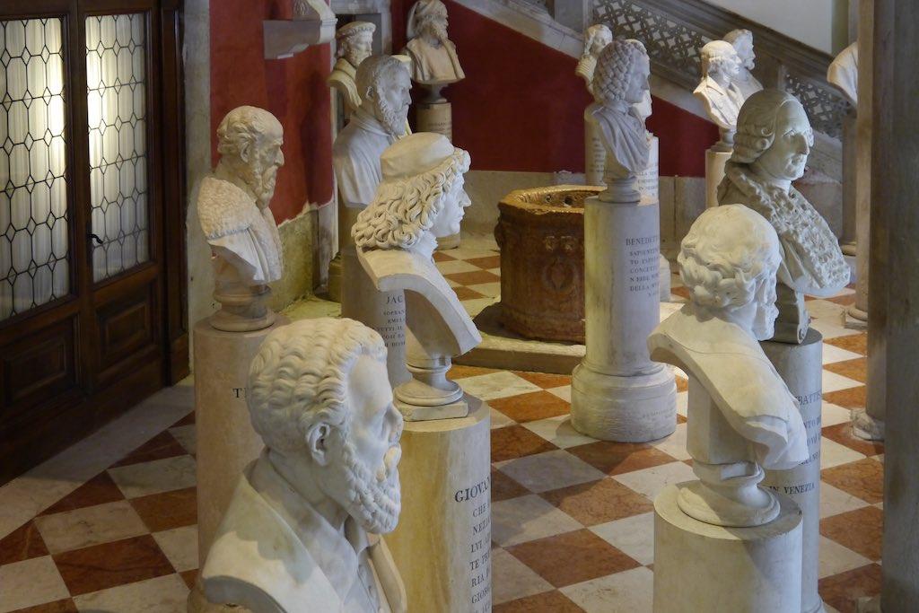 Palazzo Loredan, Eingangshalle. Stelldichein von Künstlern und Literaten