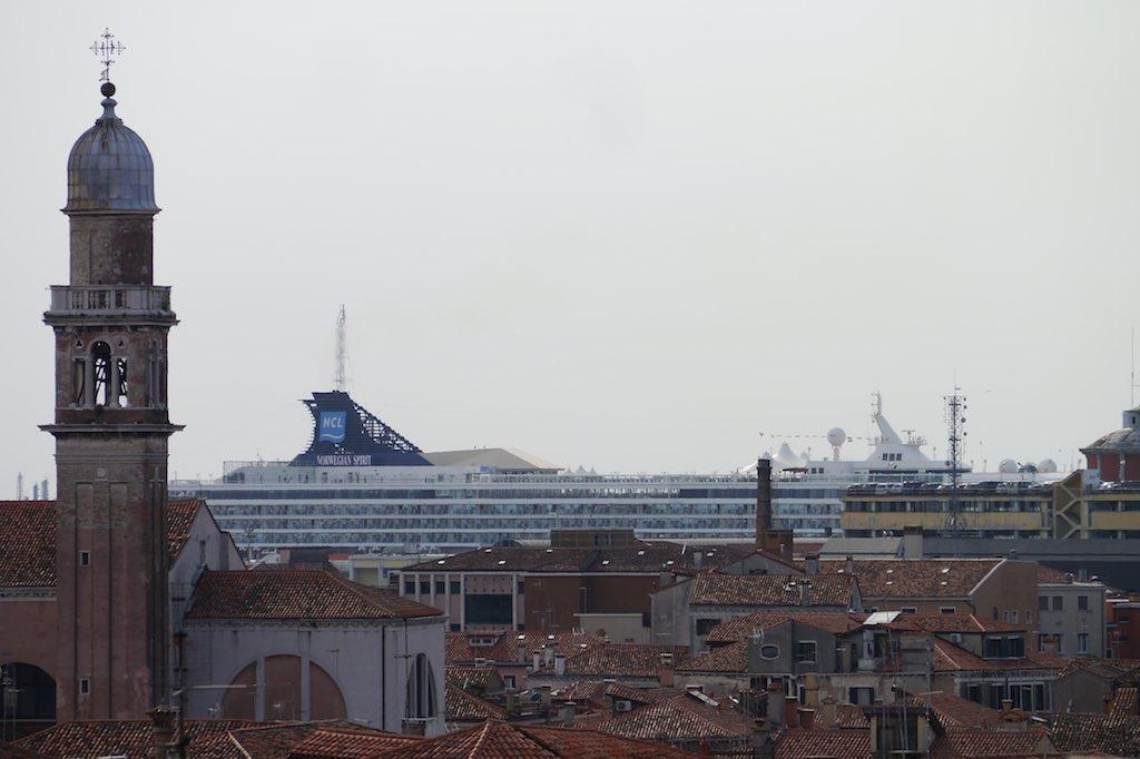 ... gigantisch ein Kruezfahrtschiff überragt Venedig
