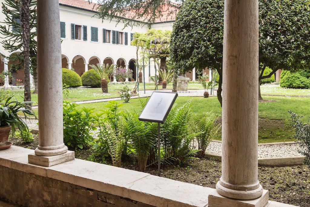 Rosana Palazyan: Why Weeds im Kreuzgang des armenischen Klosters