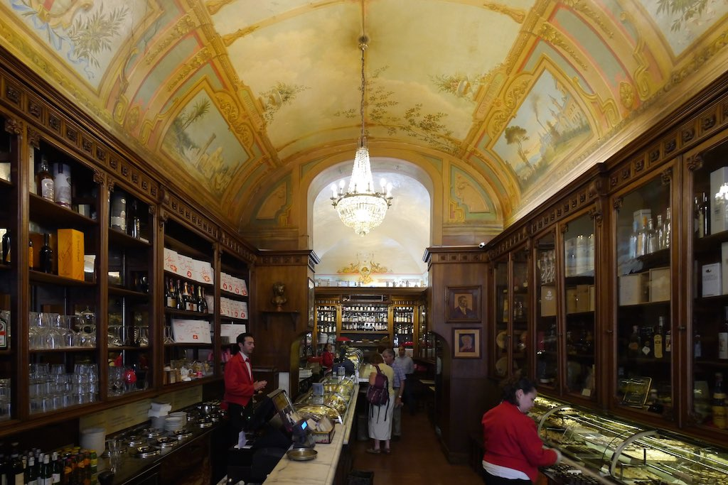 Innenraum des Café Sandri in Perugia