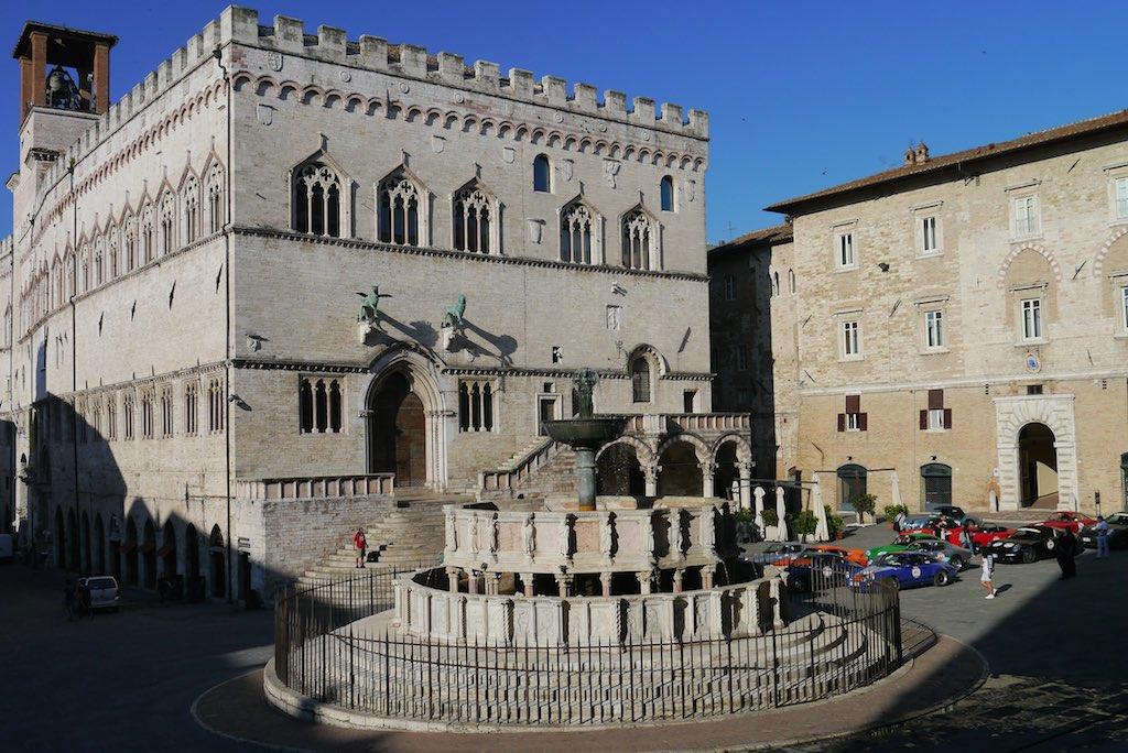 Fontana Maggiore im Hintergrund das Rathaus von Perugia