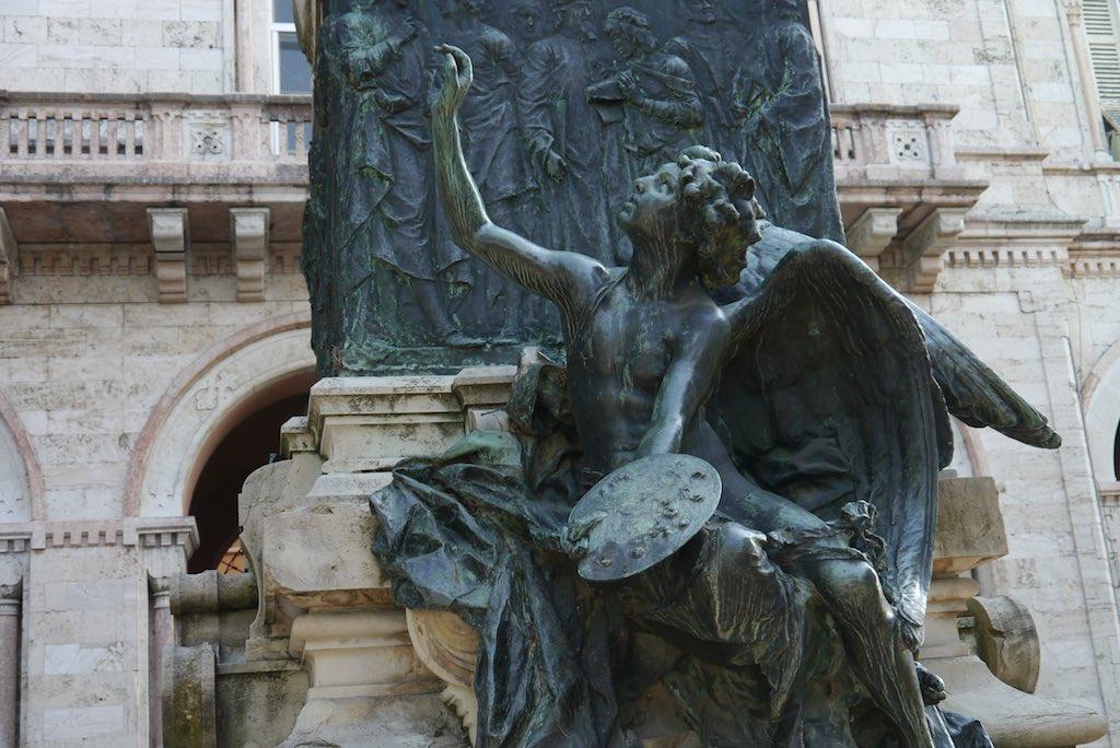 Sockel des Perugino Denkmals in Perugia mit dem Genius der Malerei