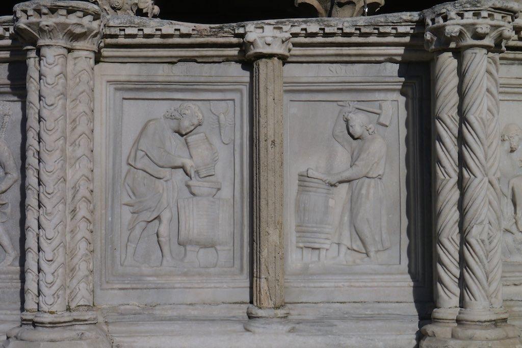 Relief von der Fontana Maggiore mit der Darstellung des Monats Oktober