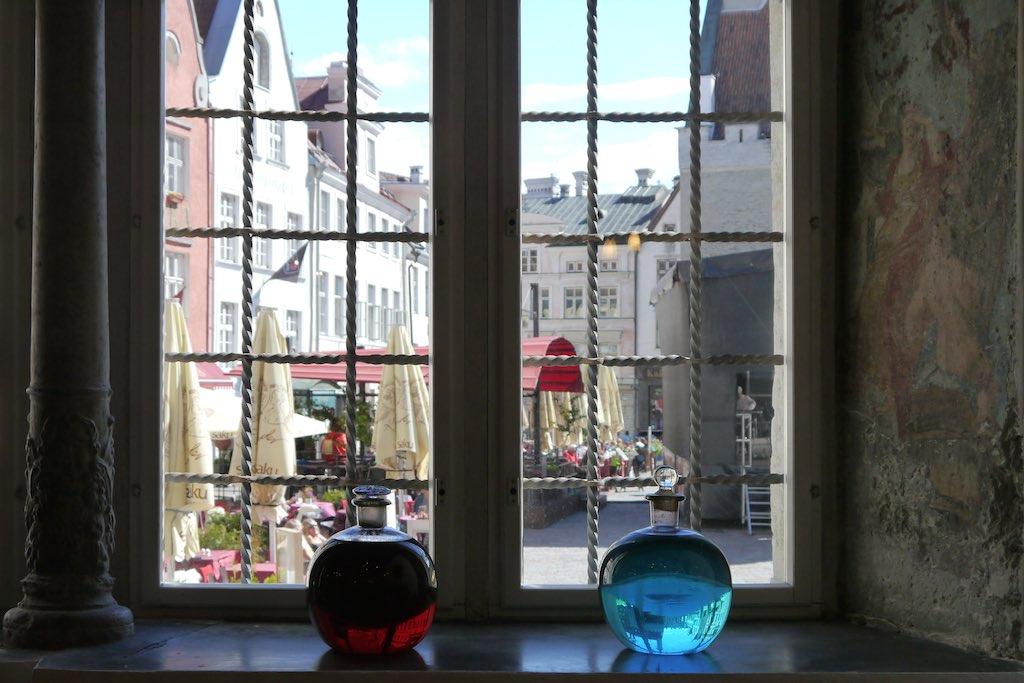 Blick aus der Rathaus-Apotheke auf den Markt. Als es noch keine Leuchreklame gab, erkannten die Kunden eine Apotheke an den bunten Flaschen im Fenster. Rot steht für Blut. Blau steht für Phlegma