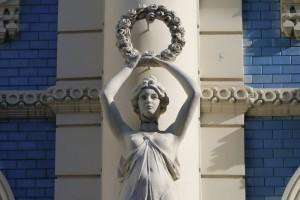 Skulptur an einem Jugendstil Gebäude in Riga.