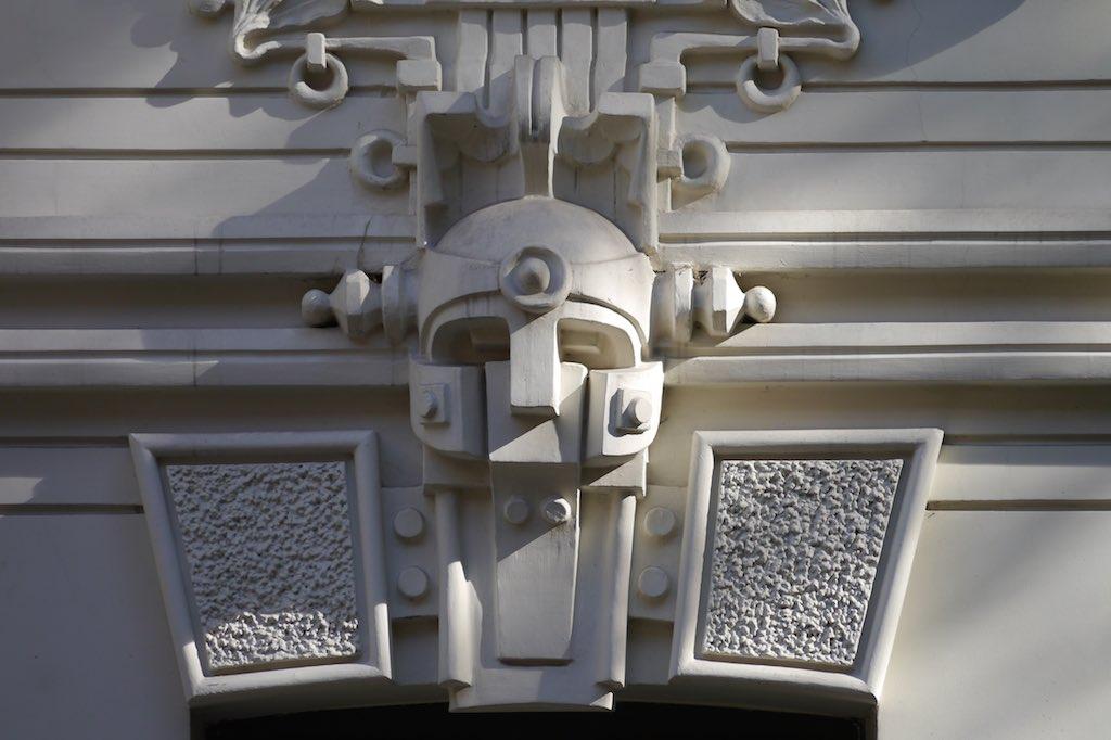 Maske an einem Art Noveau Gebäude in Riga.