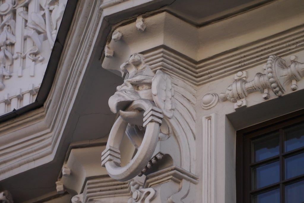 Adler Maske, Dekor von Eisenstein.