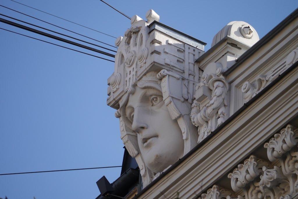 Maske an einem Jugendstil Gebäude in Riga.
