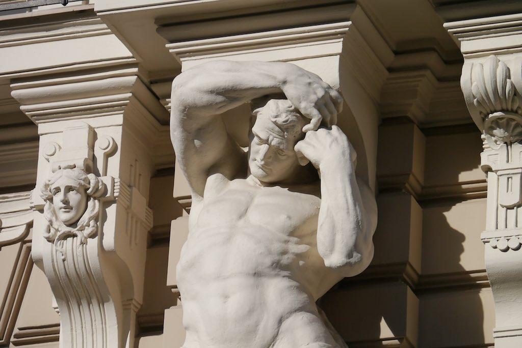 Skulptur an einem Gebäude in Riga.