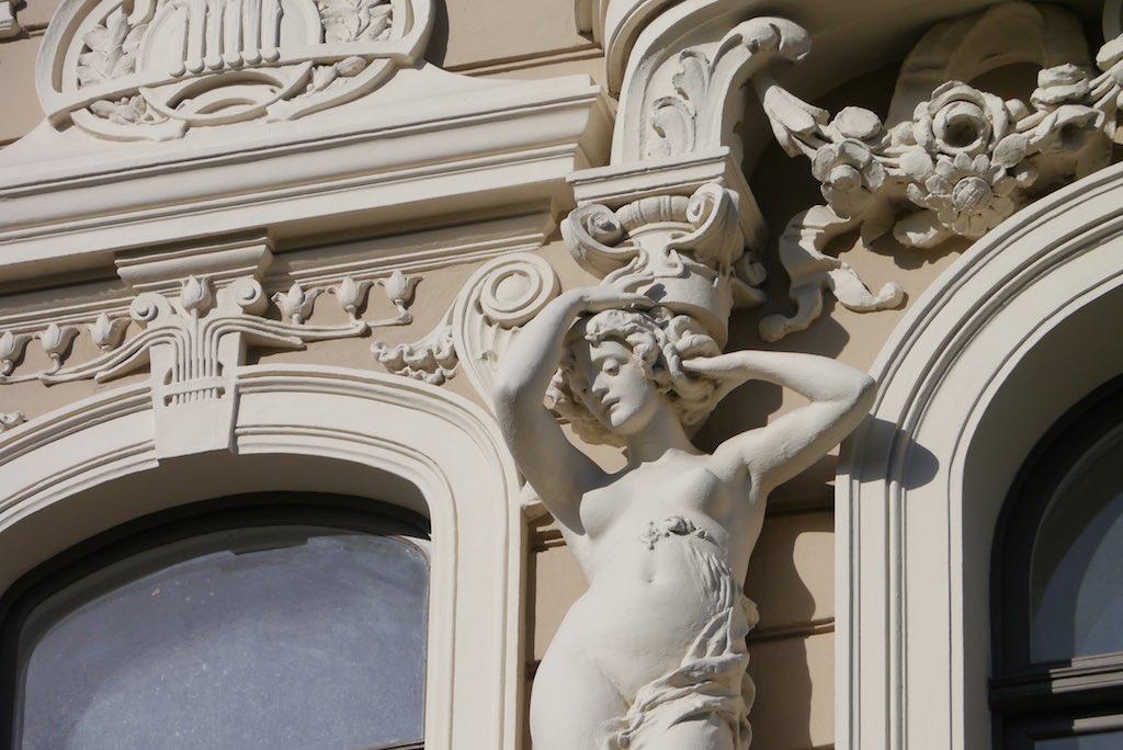 Skulptur einer nackten Frau an einem Jugendstil Gebäude in Riga.