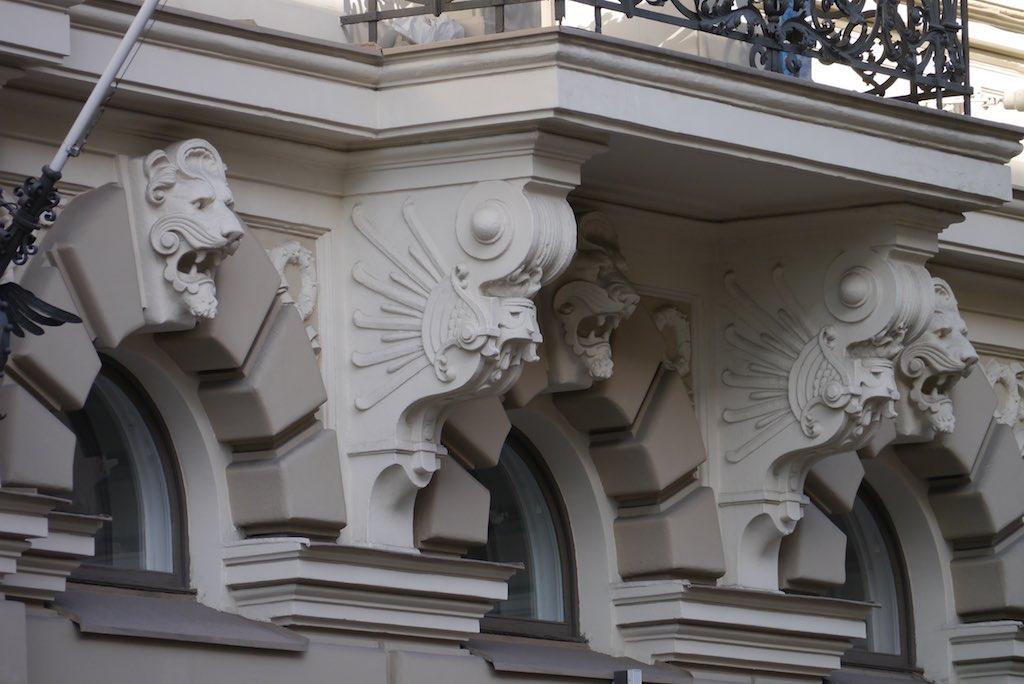 Balkonkonsole in Form eines Drachens.