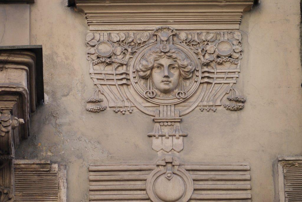 Frauenkopf an einem Gebäude Michael Eisensteins.
