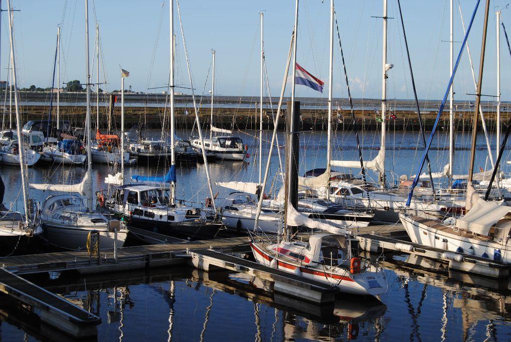 horumersiel-marina-masten-wimmelbild